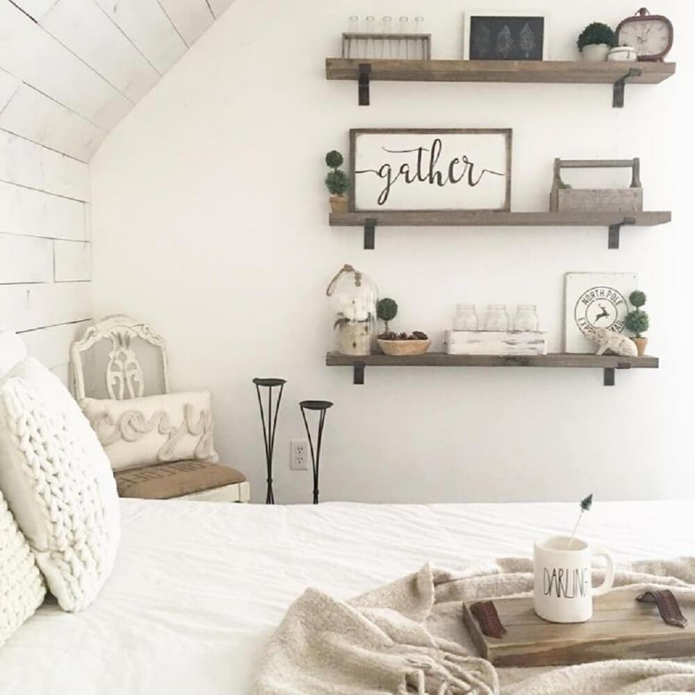 decoração de quarto com prateleiras de madeira