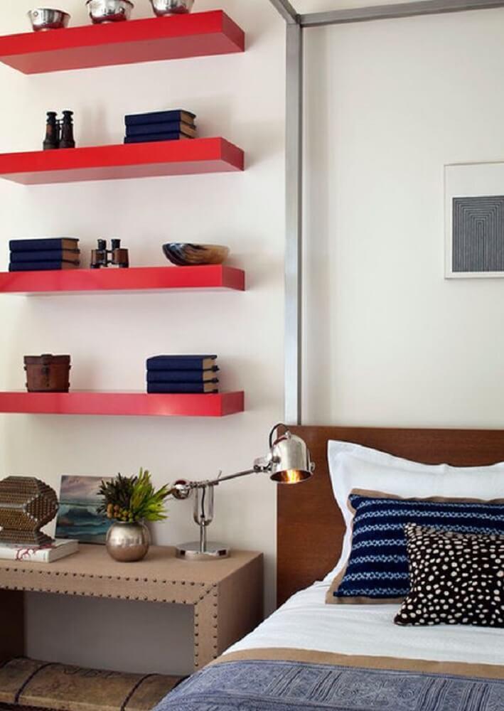 decoração de quarto com prateleiras vermelhas