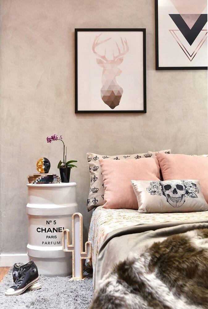 12. decoração de quarto feminino em tons de cinza e rosa com quadros e tonel da Chanel