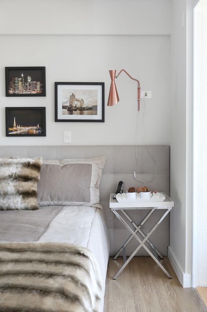 30. Decoração de quarto minimalista com luminária cobre e cabeceira cinza