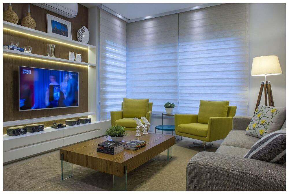 decoração de sala de tv com poltronas amarelas