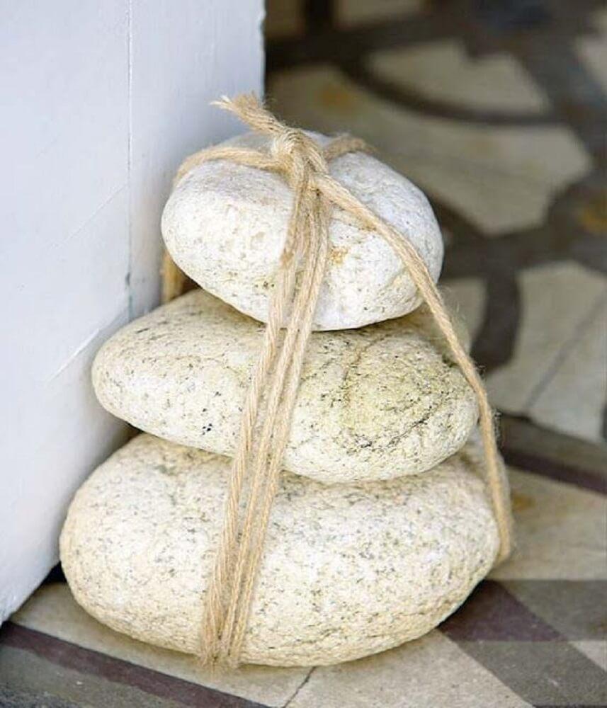 Peso de porta feito com pedras e barbante