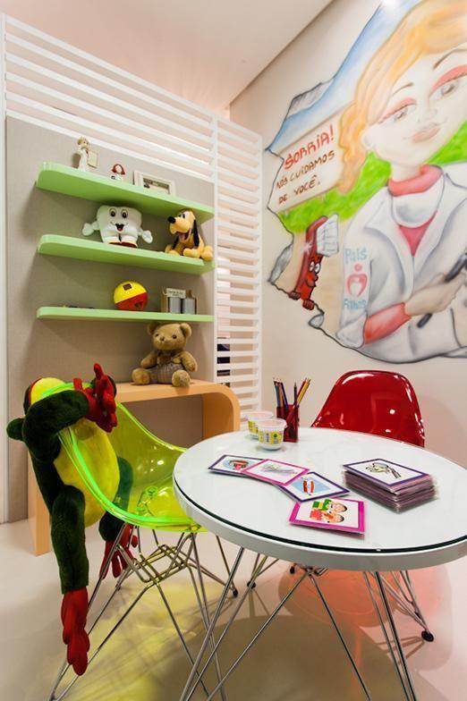 decoracao-consultorio-com-prateleiras-verde-julianapippi-69437