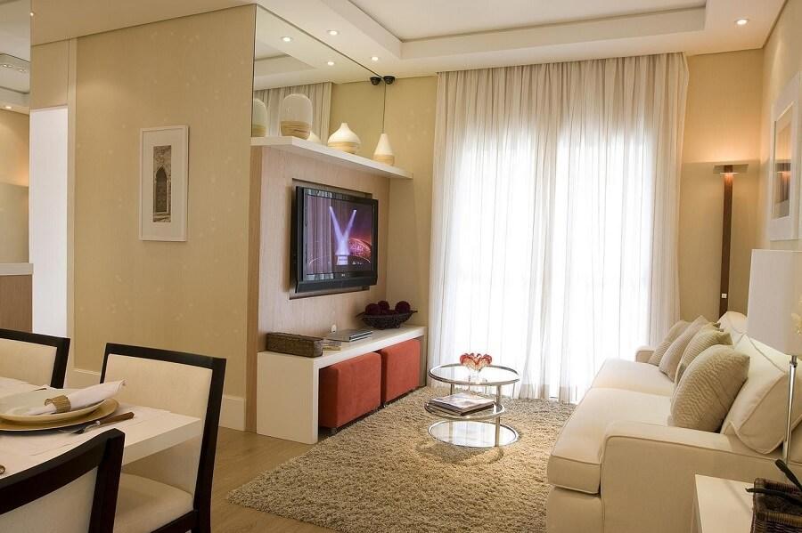 Sala de estar decorada com espelho
