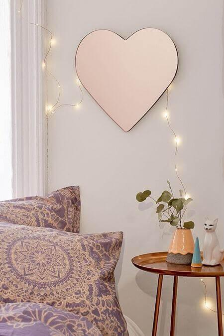 espelho para sala com formato de coração Foto Urban Outfitters