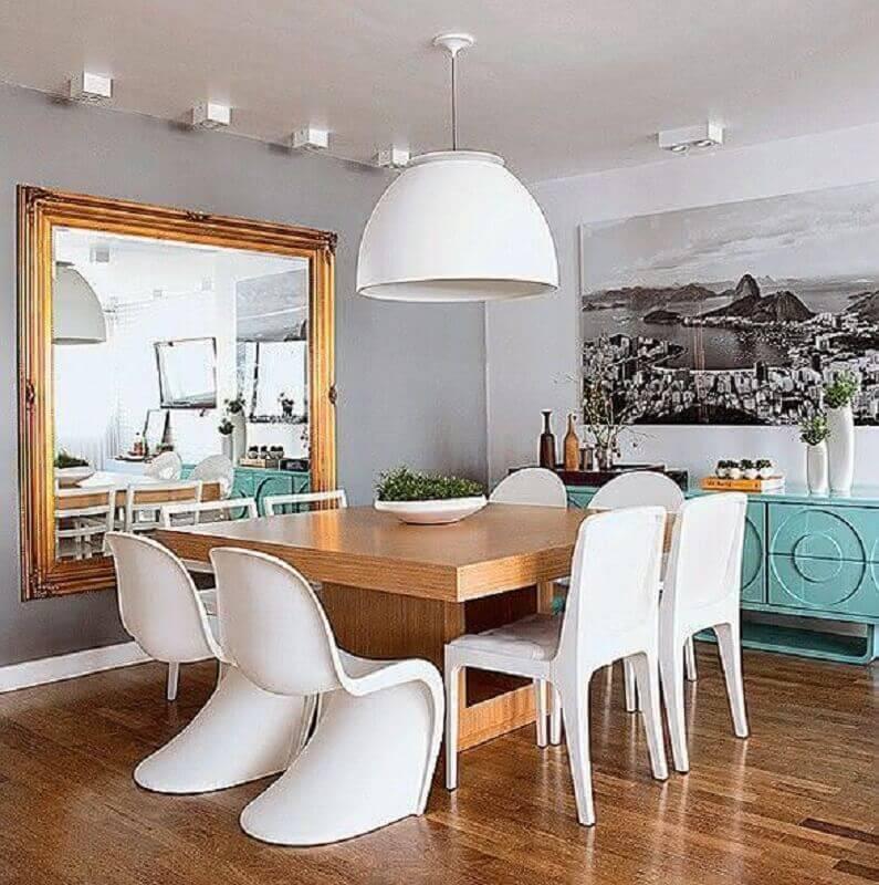 espelho para sala de jantar com buffet azul turquesa e mesa quadrada de madeira Foto Só Decor