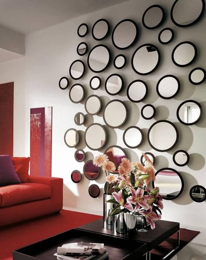 parede decorada com muitos espelhos redondos