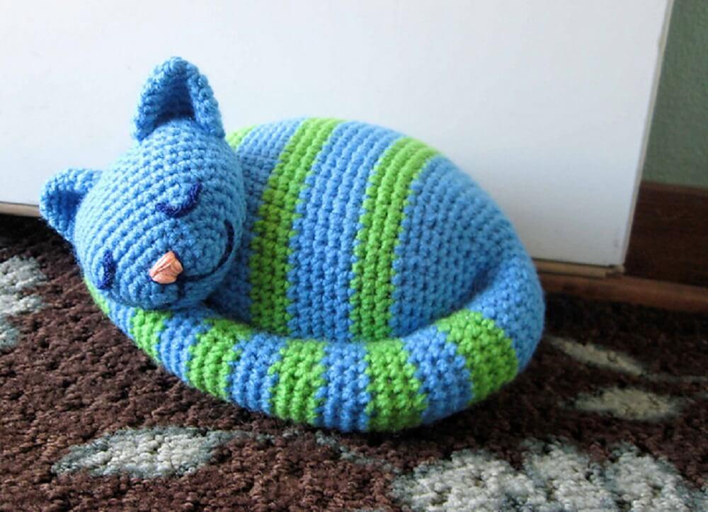 peso de porta de gatinho dormindo feito de crochê