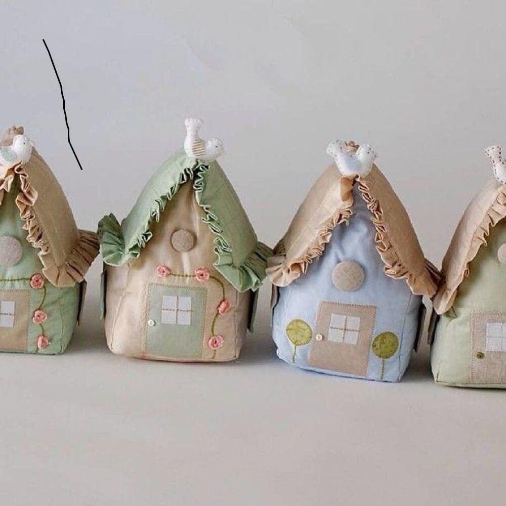 peso de porta em formato de casinhas em tom pastel