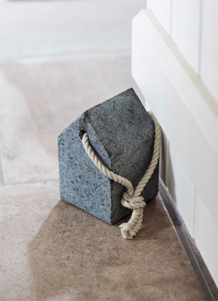 peso de porta minimalista com corda