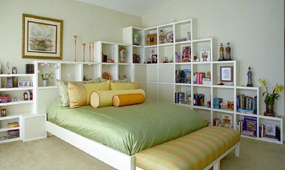 quarto branco com muitas prateleiras