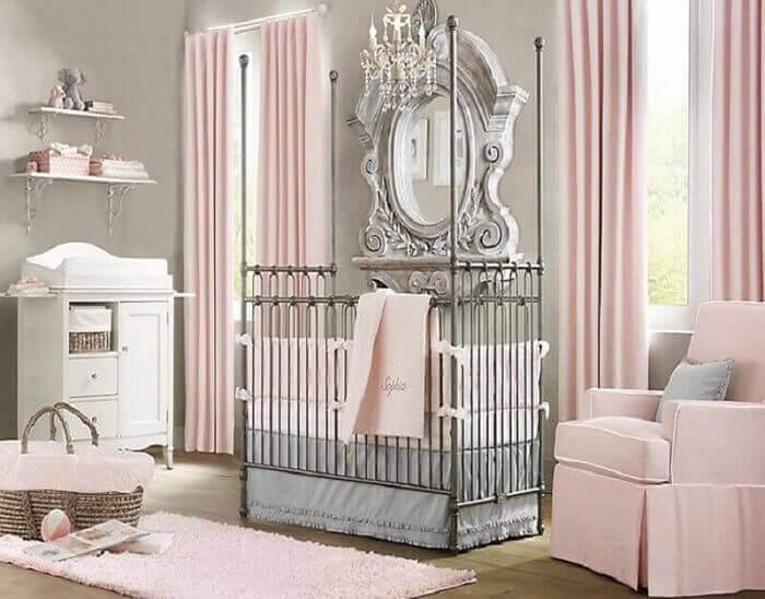 quarto de bebê de princesa com berço de ferro