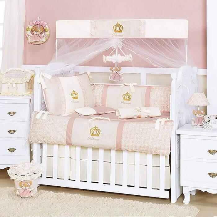 quarto de bebê de princesa com coroas na decoração
