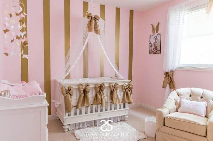 quarto de bebê de princesa em rosa e dourado