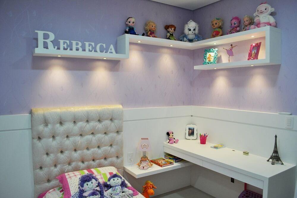 quarto de menina decorado com prateleiras