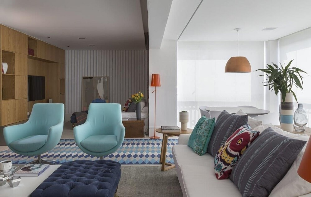 sala de estar com poltronas decorativas azuis