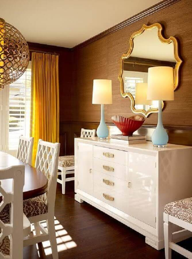 sala de jantar decorada com espelho decorativo com moldura dourada Foto Table Ideias