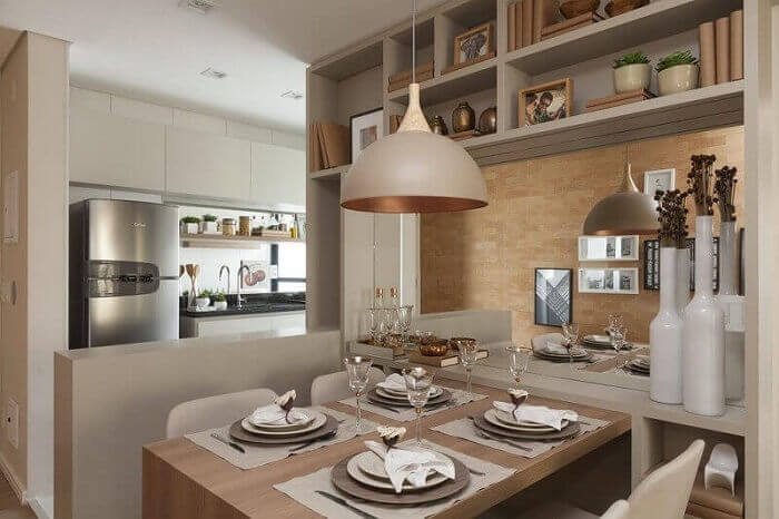 sala de jantar pequena com tons de bege e pendente
