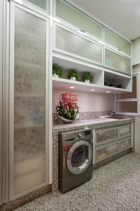 Área de serviço com armário em vidro estampado Projeto de Aquiles Nicolas Kilaris