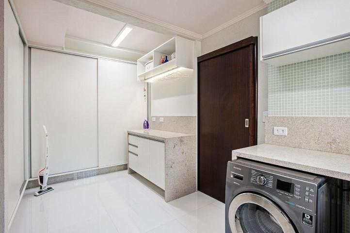 Área de serviço com armário grande Projeto de Patricia Azoni