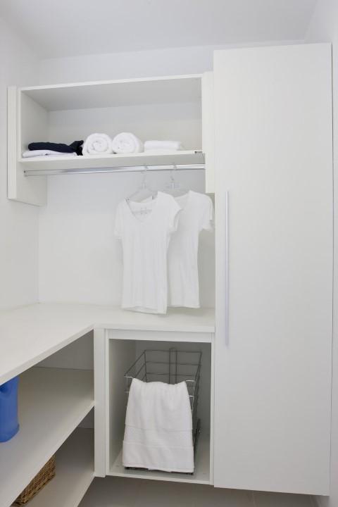 Área de serviço com armário planejado Projeto de Janaina Leibovitch