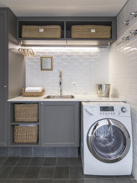 Área de serviço com armários cinzas e cestas organizadoras Projeto de Fabricio Cardoso
