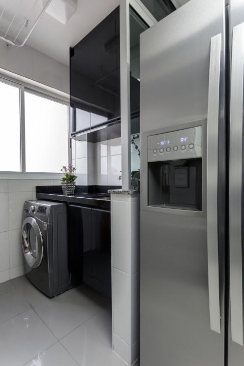 Área de serviço com armários e bancada pretos Projeto de Natalia Siper