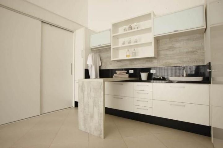 Área de serviço com armários nicho e bancada Projeto de Joel Caetano Paes