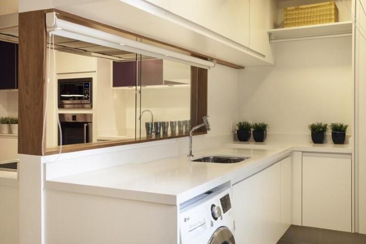 Área de serviço com janela para a cozinha Projeto de Meyer Cortez