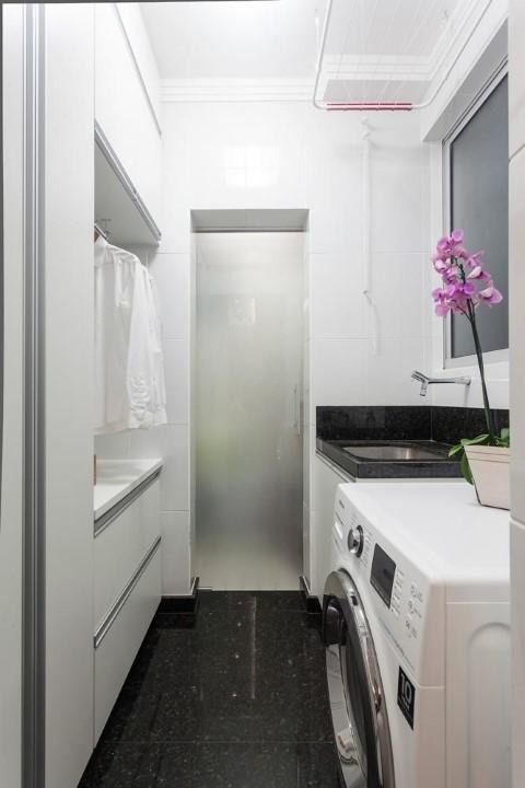 Área de serviço com piso preto Projeto de Laura Santos