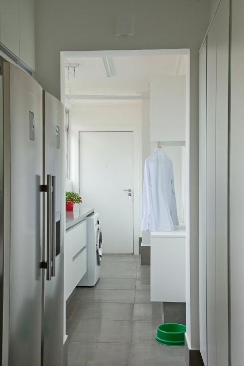 Área de serviço entre cozinha e banheiro Projeto de Patricia Kolanian