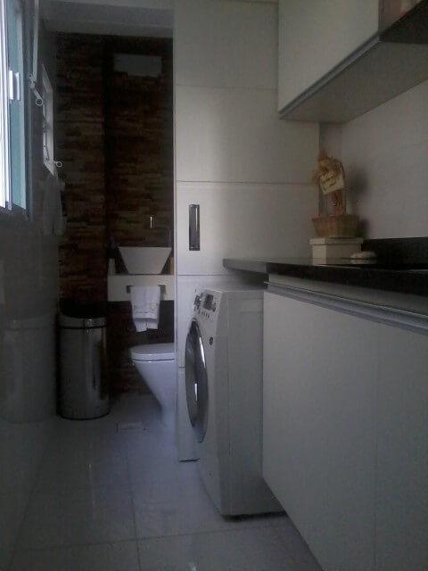 Área de serviço integrada ao banheiro de serviço