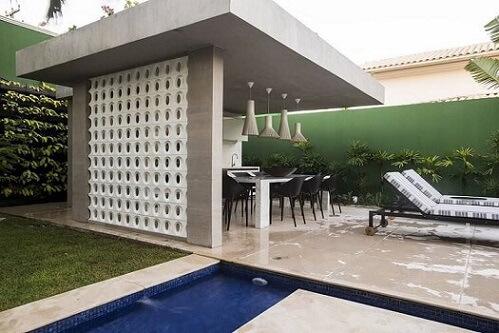 Área externa gourmet com parede de cobogó Projeto de Rodrigo Maia
