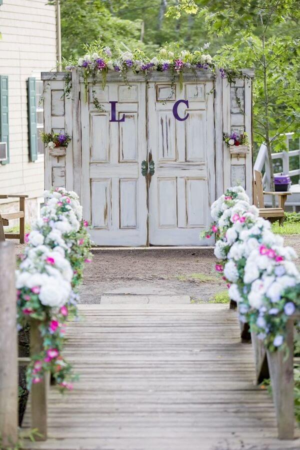 Na decoração de casamento simples invista em arranjos florais