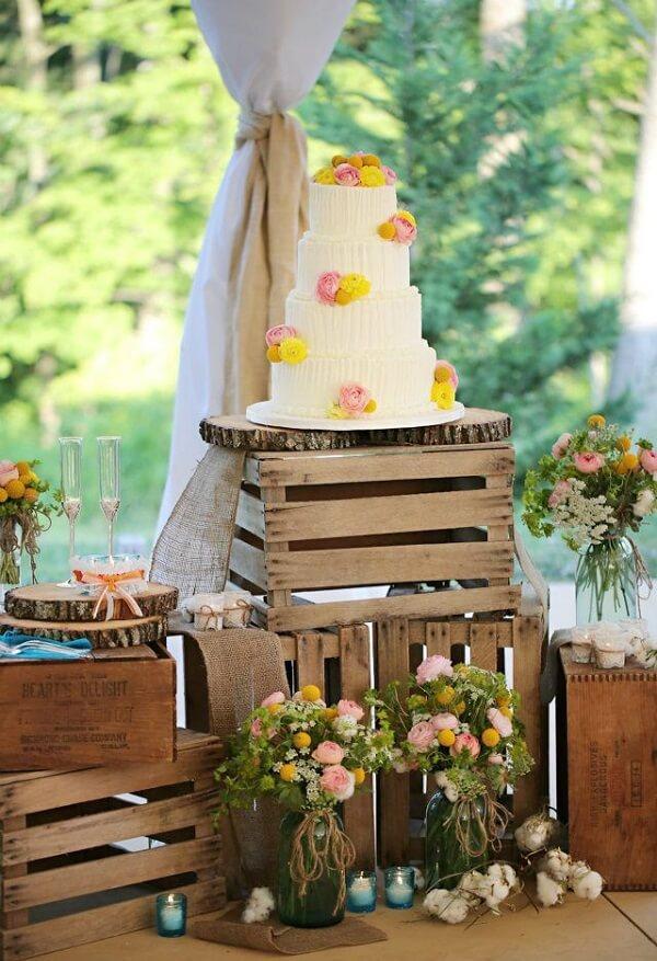 A mesa do bolo pode ser feita com caixotes de madeira