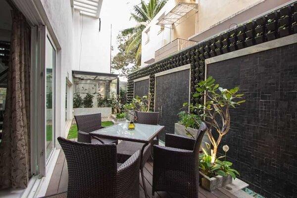 A varanda ganhou a presença de vasos de chão e plantas pendentes