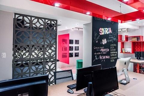 Agência com parede de tinta lousa e recados Projeto de Atrio Engenharia e Arquitetura