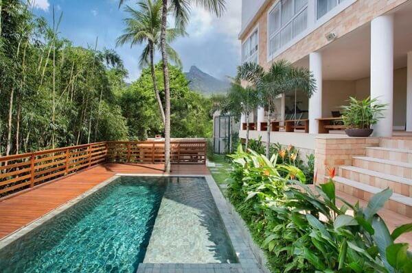 Aprecie a natureza sobre o piso para piscina de madeira