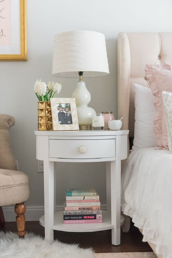 Arranjos de flores artificiais brancas decoram o dormitório