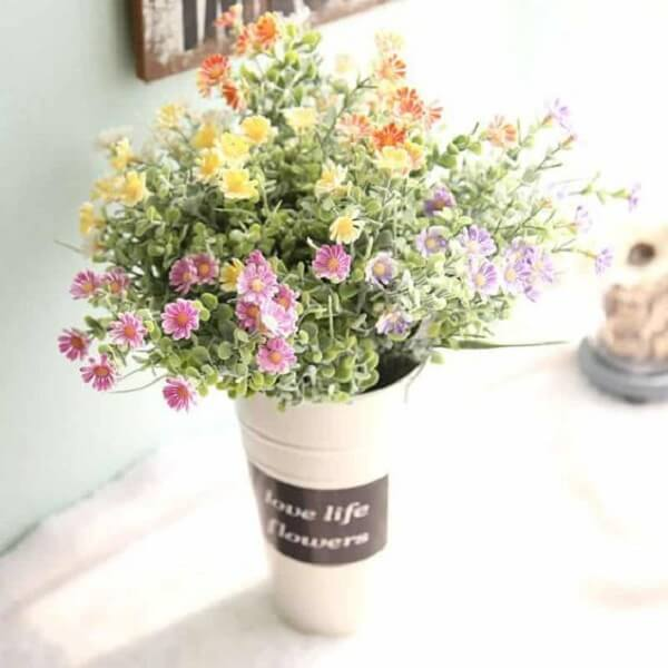 Arranjos de flores artificiais coloridas delicadas