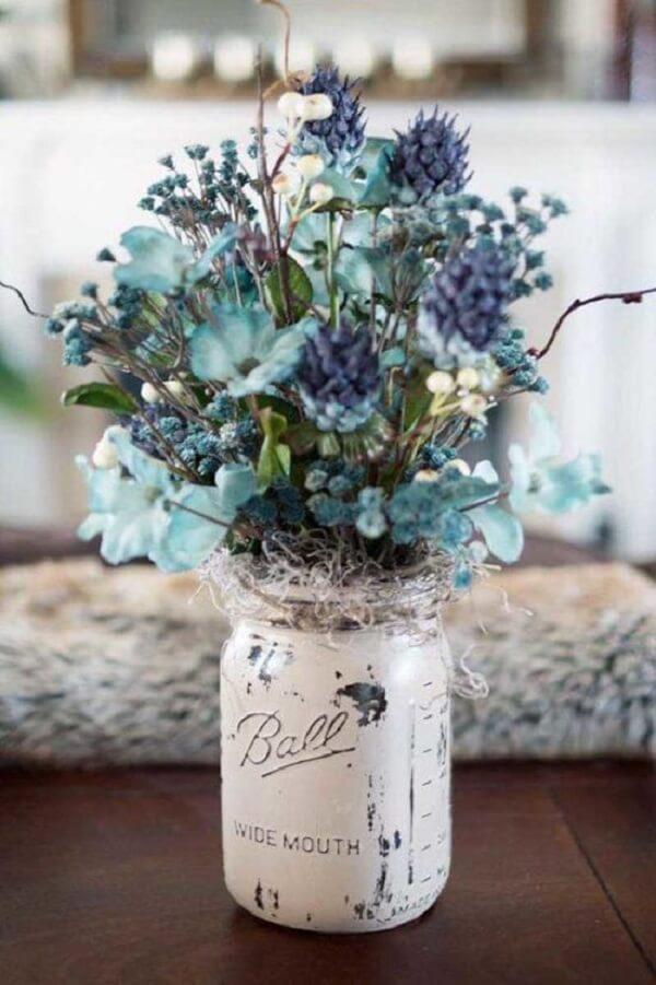 Arranjos de flores artificiais com detalhes coloridos e pedras