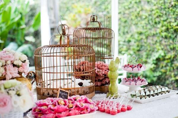 As gaiolas decorativas podem servir de base para os docinhos da festa