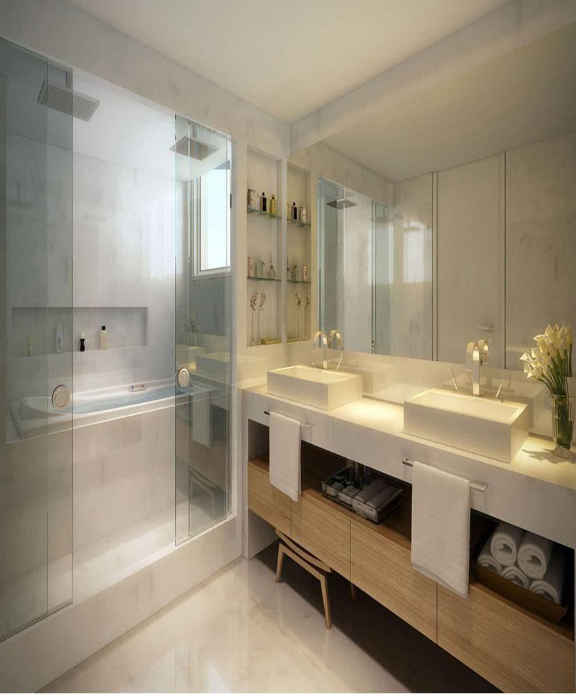 Banheira e chuveiro no banheiro simples