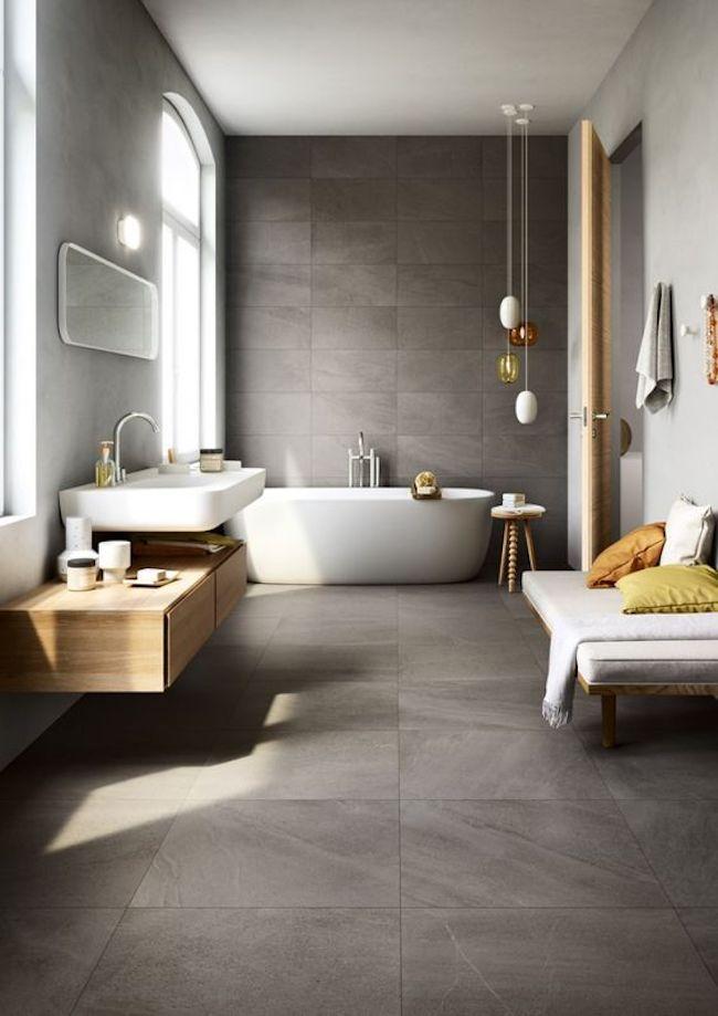 Banheiro amplo com banheira branca