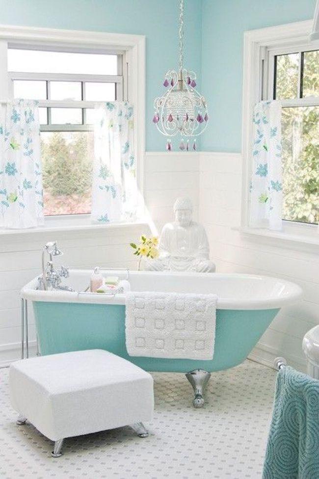 Banheiro branco e turquesa com banheira moderna