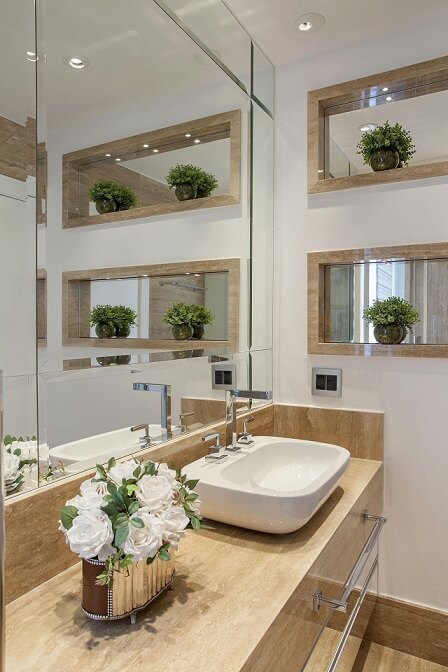 Banheiro com bancada de mármore travertino romano