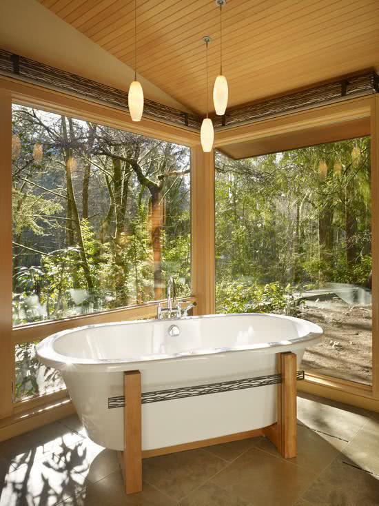Banheiro com banheira branca e suporte de madeira