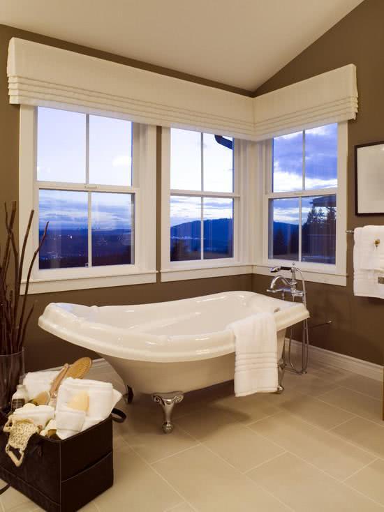 Banheiro com banheira com flores brancas