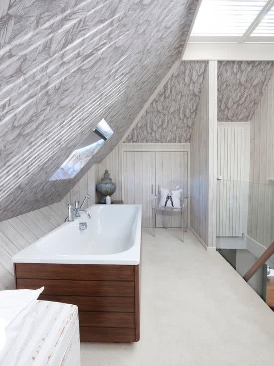 Banheiro com banheira comprida e moderna