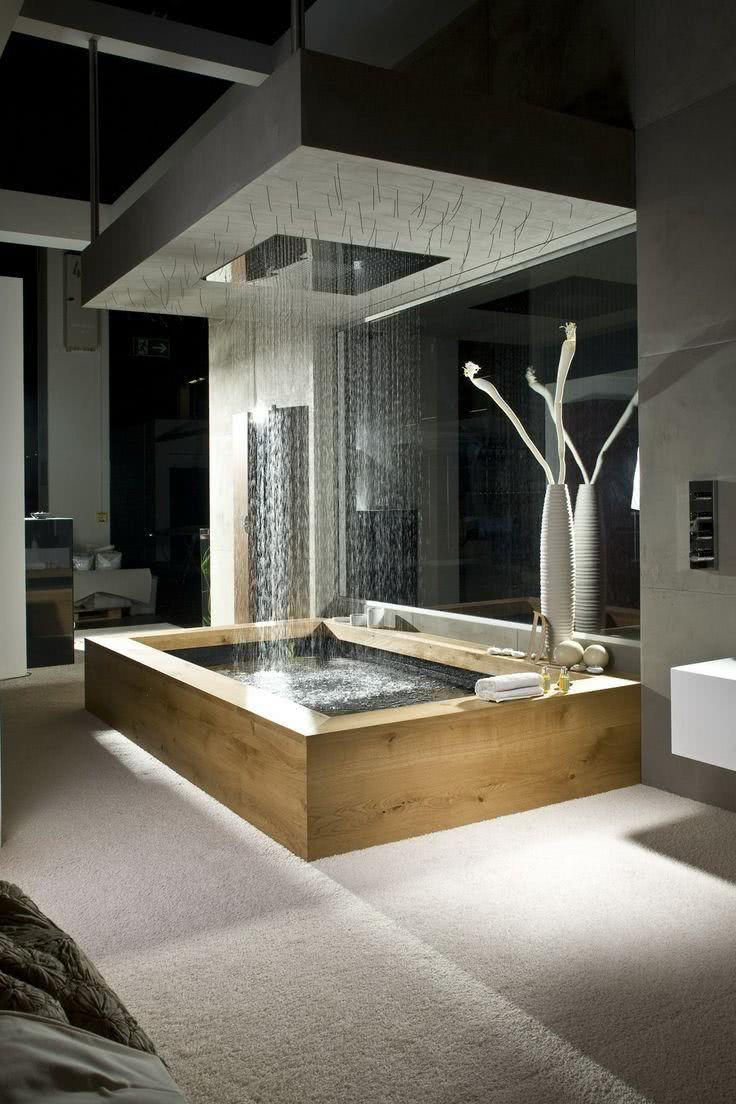 Banheiro com banheira de luxo com chuveiro